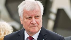 Seehofer will Flüchtlinge notfalls an deutscher Grenze stoppen