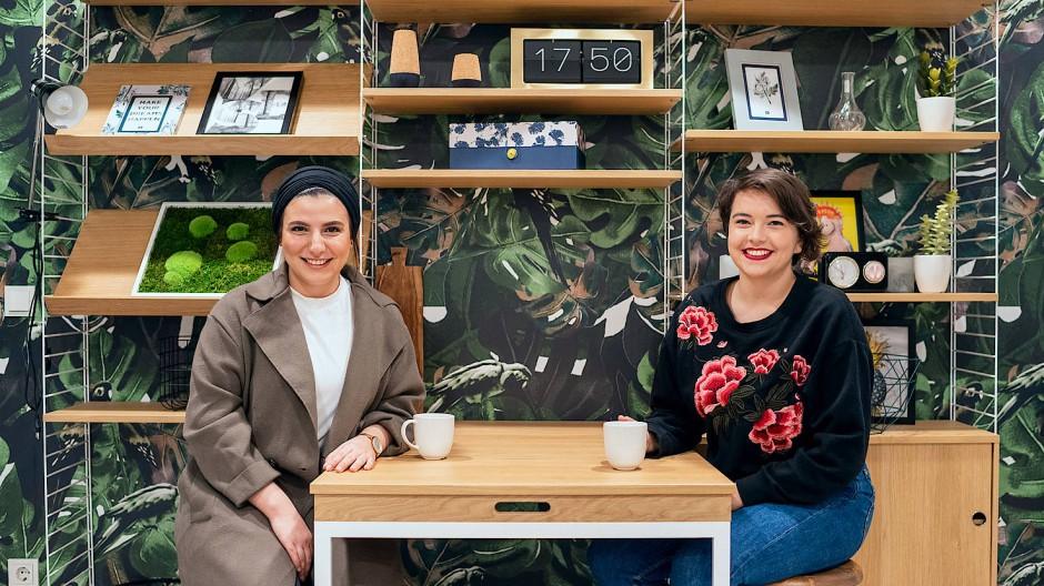 Großstadtpflanzen: Betül Yaz und Polona Noušak in der sogenannten Common Kitchen der Frankfurter Mikroapartmentanlage Urbanum
