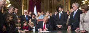 Alles blickt auf ihn: Donald Trump beim Unterzeichnen der Nominierungen für sein Kabinett