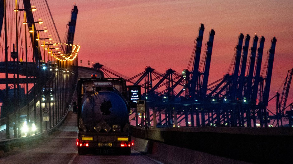 Hamburger Köhlbrandbrücke im Sonnenuntergang: Gerade aus der Industrie kommen trotz Lockdown positive Signale.