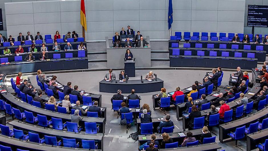 Andrea Nahles spricht vor ziemlich leerem Bundestag über die Rente.