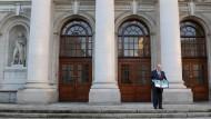 Musterknabe Irland: Finanzminister Noonan posiert mit dem Haushaltsentwurf für 2013.