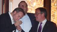 Brauchst du Feuer? Armin Laschet raucht eine mit dem FDP-Vorsitzenden Christian Lindner auf dem Balkon der Parlamentarischen Gesellschaft.