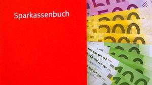 Historisch niedrige Zinsen kosten Deutschlands Sparer Milliarden