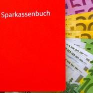 Ob Sparkasse oder Volksbank: Den deutschen Sparern sind Zinserträge über Hunderte Milliarden Euro weggefallen.