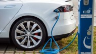 """Tesla """"tankt"""" - viel mehr Menschen wollen eine Elektroauto haben als der Hersteller herstellen kann momentan."""