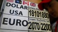 Eine Tafel für Wechselkurse in Mexiko City. Die Aufschläge auf die die offiziellen Kurse machen Geldtransfers teuer.