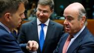 Der Vize-Präsident der EU-Kommission, Valdis Dombrovskis (m), im Gespräch mit dem slowakischen Finanzminister Peter Kazimir (l) und dessen spanischem Amtskollegen Luis de Guindos (r).