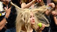 Über Haare, Frisuren und Haarpflege lässt sich mehr schreiben, als man so denkt. Und das auch noch richtig wissenschaftlich.