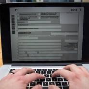 Der Finanzbeamte der Zukunft: Die Steuererklärung am Computer ist längst Normalität – immer häufiger ist es auch die Prüfung.