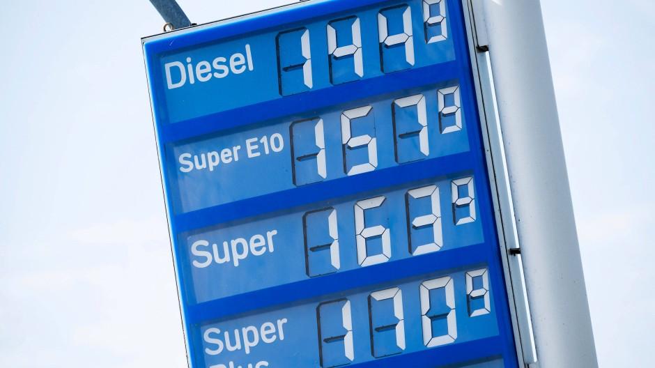 Höchster Preis seit zwei Jahren: Tanken wie hier in Buchholz an der Aller wird wieder teurer.