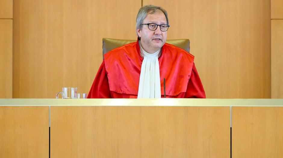 Auf Konfrontation gegangen: Verfassungsgerichts-Präsident Andreas Voßkuhle verkündet das Urteil zum EZB-Kaufprogramm.