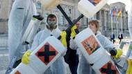 Umweltaktivisten protestieren gegen eine Neuzulassung von Glyphosat.