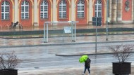 Eine einsame Passantin in Potsdam