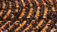 Beinahe 3000 Abgeordnete treffen sich für mehrere Tage zum Volkskongress  in der Großen Halle des Volkes in Peking.