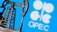 Ein Modellbau einer Ölpumpe vor dem Opec-Logo