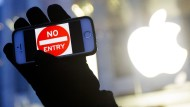 """""""Kein Eintritt"""": Am Mittwoch formierten sich in mehreren Städte kleine Proteste gegen die Pläne der Regierung, das iPhone zu knacken."""