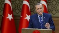 Erst bescherte Präsident Erdogan der Türkei einen wirtschaftlichen Aufschwung, nun sorgt er für Verunsicherung.
