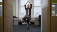 """In der Ruhe liegt die Kraft: Yoga-Figuren wie der """"Baum""""   versprechen Entspannung im Trubel des Alltags."""