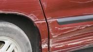 Auto nach Sturm kaputt: Es kann tatsächlich Fälle geben, in denen der Chef zahlen muss.