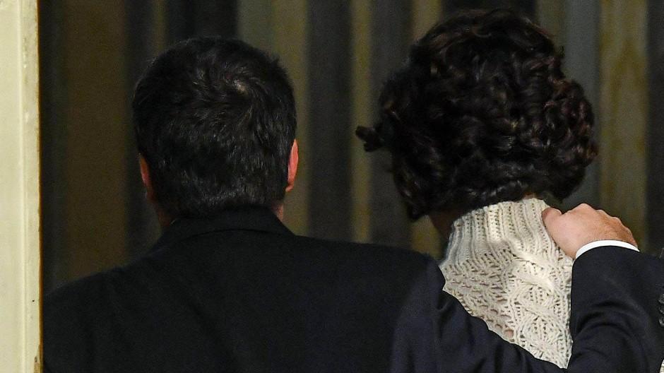 Geht: Matteo Renzi mit seiner Frau Agnese nachdem er seinen Rücktritt verkündet hat.