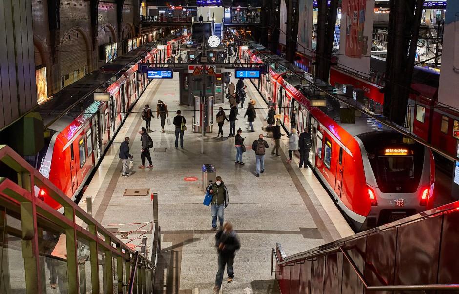 Nur mit Maske: Menschen steigen am Hamburger Hauptbahnhof in die S-Bahn.