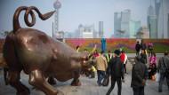 Der Börsenbulle zeigt in Schanghai gerade nur sein Hinterteil - die Aktienkurse fallen.