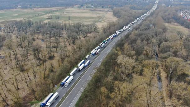 Die Staus an der Grenze zu Polen werden immer länger