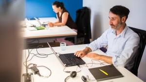 Bei männlichen Chefs verlangen Arbeitskräfte weniger Geld