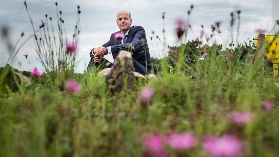 Der Unternehmer Hans-Dietrich Reckhaus auf dem insektenfreundlichen Flachdach seiner Insektizid-Fabrik am Rand von Bielefeld