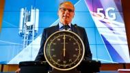 Der Präsident der Bundesnetzagentur, Jochen Homann, gibt das Startsignal.