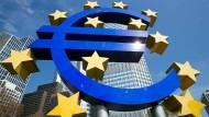 Eurozeichen der Europäischen Zentralbank: Auch ihre lockere Geldpolitik trägt laut EU-Kommission zum Wachstum bei.