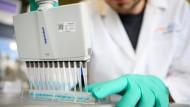 Ein Mitarbeiter im Labor von Curevac in Tübingen