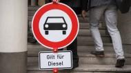 Nur ein Schild auf einer Demonstration, doch die Gefahr ist real: In vielen deutschen Städten drohen Diesel-Fahrverbote.