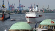 """Die """"Deutschland"""", hier im Hamburger Hafen, ist aus dem Fernsehen bekannt."""