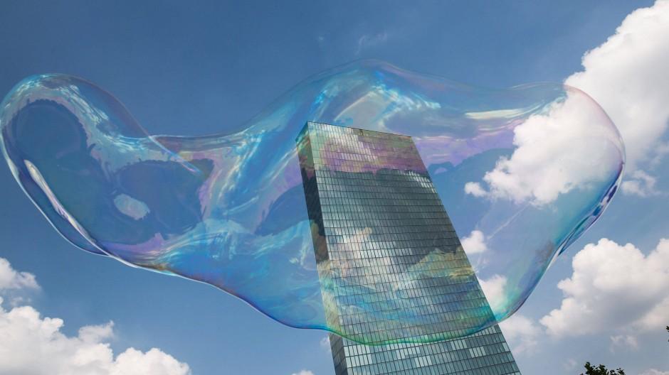 Banken müssen selbst 0,4 Prozent Strafe zahlen, wenn sie überschüssige Einlagen über Nacht bei der Europäischen Zentralbank (EZB) parken.