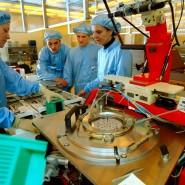 Elektrotechnik-Studenten in einem Mikrosystemtechnologie-Praktikum