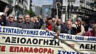Am Dienstag protestierten wieder hunderte Menschen in Athen gegen Pensionskürzungen.