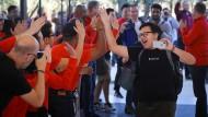 Ein Besucher zeigt sein iPhone X im neuen Apple-Besucherzentrum in Cupertino.