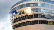 """KPMG hat ihren Sitz im Bürogebäude """"The Squaire"""" in Frankfurt."""
