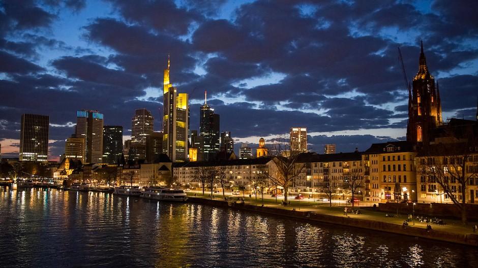 Nur indirekt im Visier des Finanzministers: Hochfrequenzhändler in der Frankfurter Finanzszene sollen von der geplanten Transaktionssteuer verschont bleiben.