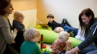 Gute Nachricht für Kinder und Eltern: Erzieherinnen sind überdurchschnittlich zufrieden in ihrem Beruf.