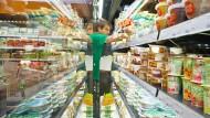 """Arbeit im Zeichen des Vegan-Trends: Mitarbeiter des Supermarktes """"Veganz"""" am Kühlregal"""