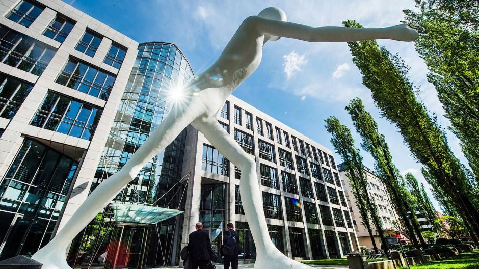 """Der """"Walking Man"""" des Künstlers Jonathan Borofsky ziert seit dem Jahr 1995 das Eingangsportal des Rückversicherers Munich Re."""