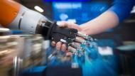 Roboter und Mensch: Arbeiten sie Hand in Hand oder werden sie zu Konkurrenten?