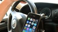 Handyverbot am Steuer soll auf Elektrogeräte ausgeweitet werden