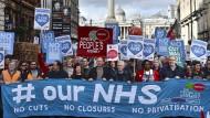 Demonstranten sind im März auf die Straße gegangen für den National Health Service, den Kern des britischen Gesundheitssystems.