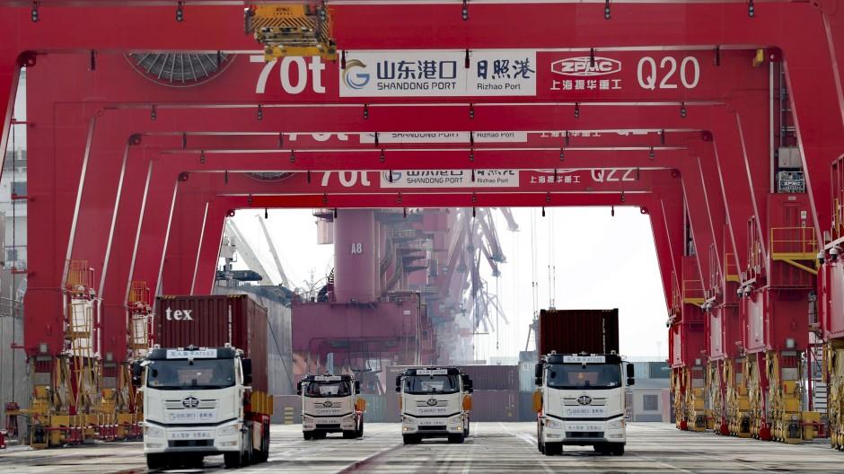 Rizhao: Container-Lkw passieren einen neuen automatisierten Containerhafen in der ostchinesischen Provinz Shandong.