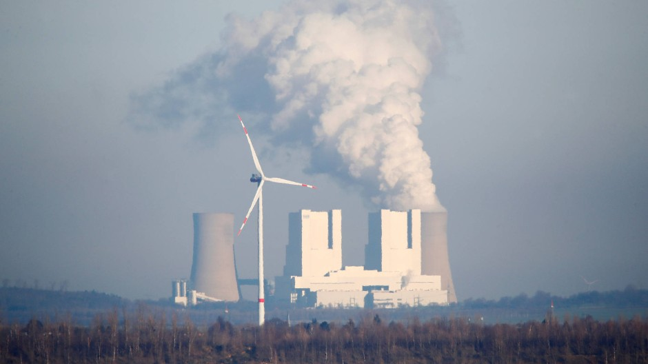 Tag und Nacht im Einsatz: Wasserdampf entweicht aus den Kühltürmen des Braunkohlekraftwerks Neurath.