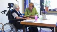 Angela Merkel vor wenigen Wochen zu Besuch in einem Altenheim in Paderborn